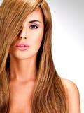 Belle femme indienne avec les cheveux bruns longtemps droits Photographie stock