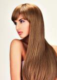 Belle femme indienne avec les cheveux bruns longtemps droits Photographie stock libre de droits