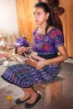 Belle femme indigène dans le costume traditionnel tissant, Guatemala Photographie stock libre de droits