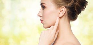 Belle femme indiquant le doigt son oreille images libres de droits