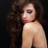 Belle femme intelligente de maquillage avec les cheveux bruns bouclés photographie stock