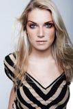 Belle femme intense dans le maquillage à la mode Photos libres de droits