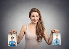Belle femme irrésolue au sujet de quel homme à choisir Émotions humaines Photographie stock