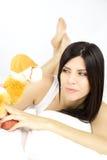 Belle femme jouant avec le jouet de peluche de chameau Image libre de droits
