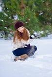 Belle femme jouant en parc en hiver photographie stock libre de droits