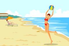 Belle femme jouant le ballon de plage Photographie stock