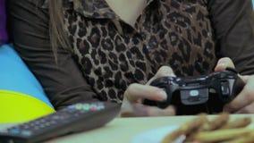 Belle femme jouant le jeu vidéo, temps gaspillant, habitude de jeu banque de vidéos