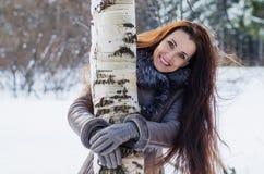 Belle femme joyeuse dans la forêt d'hiver Photos libres de droits