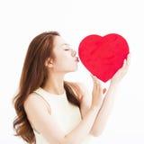 Belle femme l'amour et en embrassant la forme de coeur Images stock