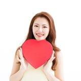 Belle femme l'amour et en tenant la forme de coeur Photo libre de droits