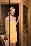 Belle femme laissant le sauna images libres de droits