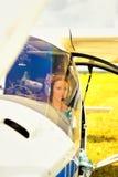 Belle femme le pilote dans un habitacle de l'avion ultra-léger Image libre de droits