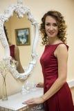 Belle femme élégante dans une robe rouge Image libre de droits