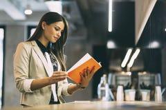 Belle femme lisant le menu sur un compteur images libres de droits