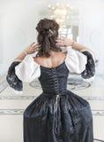 Belle femme médiévale dans la robe noire et blanche, arrière photos stock