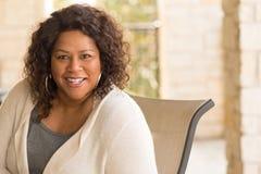 Belle femme m?re d'Afro-am?ricain souriant et riant photos stock