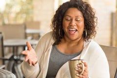 Belle femme m?re d'Afro-am?ricain souriant et riant image libre de droits