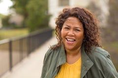 Belle femme m?re d'Afro-am?ricain souriant et riant photos libres de droits
