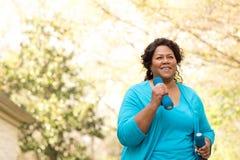 Belle femme m?re d'Afro-am?ricain souriant et riant images stock