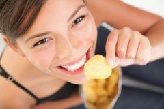 Belle femme mangeant de la nourriture industrielle Photographie stock libre de droits