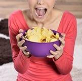 Belle femme mangeant de la nourriture industrielle image libre de droits