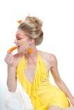 Belle femme mangeant des poivrons Image libre de droits
