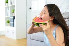 Belle femme mangeant la pastèque froide fraîche Photographie stock libre de droits