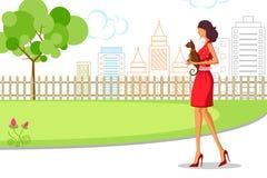 Belle femme marchant avec le chat Image stock