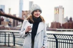 Belle femme marchant avec une tasse de café à New York City images libres de droits