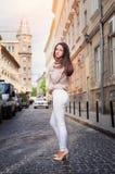Belle femme marchant dans la vieille ville de Lviv Image stock