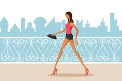 Belle femme marchant dans la ville Photos stock