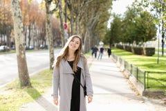 Belle femme marchant dans la ville et appréciant le temps de ressort photos libres de droits