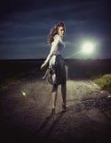 Belle femme marchant loin image stock