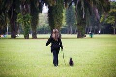 Belle femme marchant près Photographie stock libre de droits