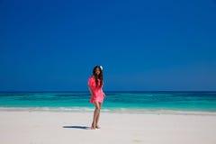 Belle femme marchant sur la plage exotique, modèle de fille de brune dedans Image libre de droits
