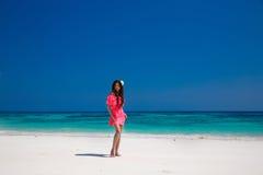 Belle femme marchant sur la plage exotique, modèle de fille de brune dedans Images stock