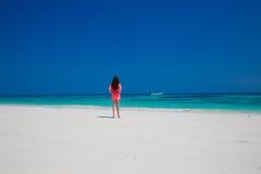 Belle femme marchant sur la plage exotique, modèle de fille de brune dedans Images libres de droits