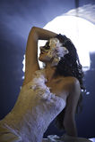 Belle femme masquée dans la robe de mariage Photographie stock