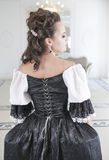 Belle femme médiévale dans la robe noire et blanche, arrière Images stock