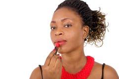 Belle femme mettant le rouge à lèvres Photo libre de droits