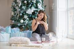 Belle femme mignonne appréciant son petit déjeuner de Noël images stock