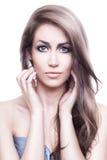 Belle femme mignonne avec de longs cheveux photographie stock libre de droits