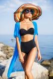 Belle femme mince dans le grand chapeau sur la plage photo libre de droits