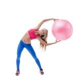 Belle femme mince s'exerçant avec la boule de forme physique photo libre de droits