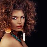 Belle femme modèle Cheveux bouclés, maquillage et peau en bronze foncée photographie stock libre de droits