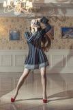 Belle femme modèle dans des vêtements à la mode parmi le vintage de luxe images libres de droits