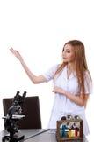 Belle femme montrant à quelque chose le laboratoire de science Photos libres de droits