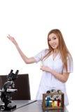 Belle femme montrant à quelque chose le laboratoire de science Photographie stock