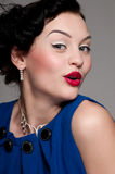 Belle femme émotive de charme avec les languettes rouges Photos stock