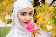 Belle femme musulmane avec le hijab Images stock
